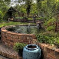 приподнятый искусственный водоем с фонтаном