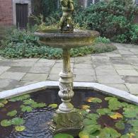 фонтан в оформлении искусственного водоема