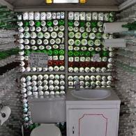 отделка стен туалета стеклянными бутылками