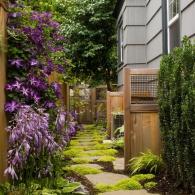 оформление узкого участка между домом и оградой