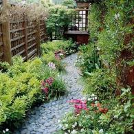 извилистая дорожка в малом саду