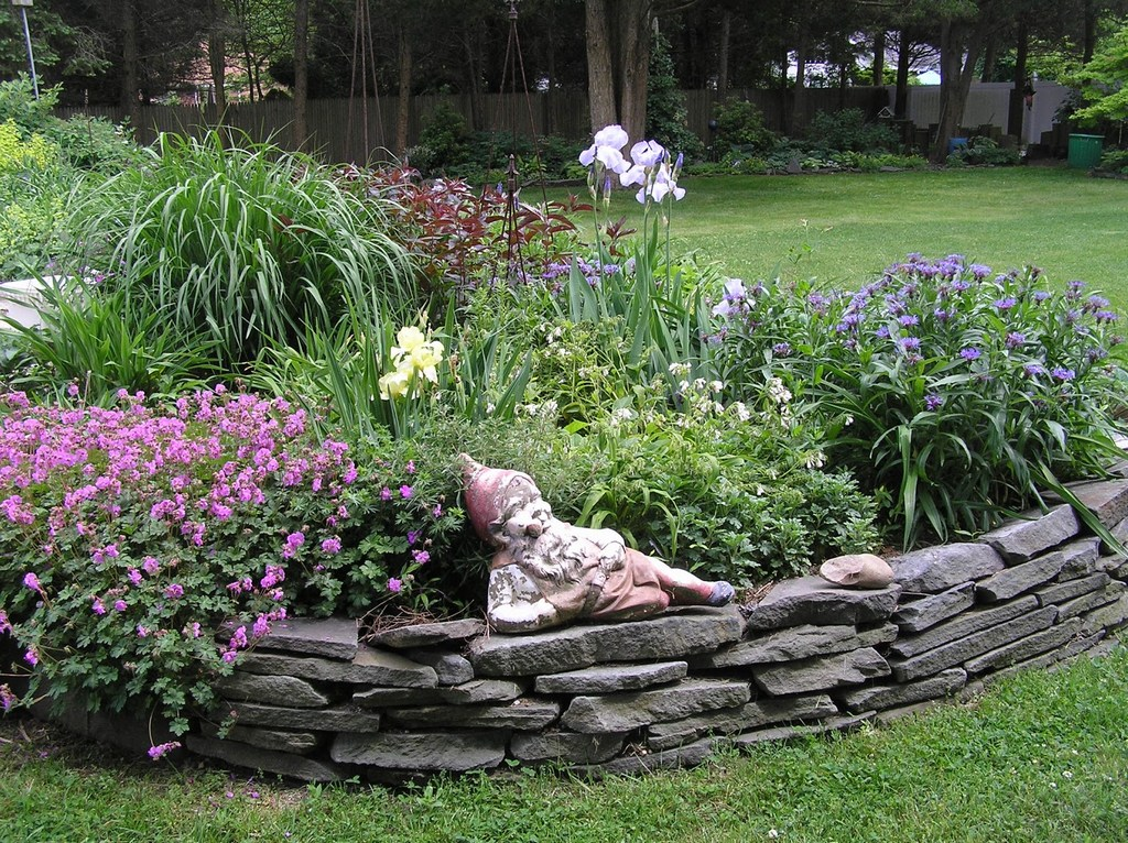 old-country-gardens-raised-beds-edging-materials-1600x1197